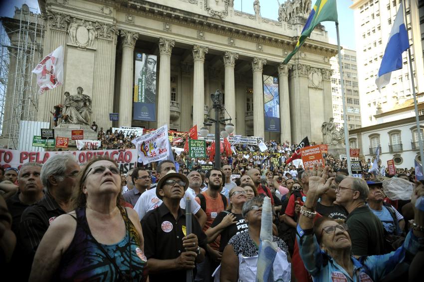 Rio de Janeiro - Servidores estaduais de várias categorias em estado de greve participam de protesto contra a situação financeira e a mudança do calendário de pagamento de salários (Fernando Frazão/Agencia Brasil)