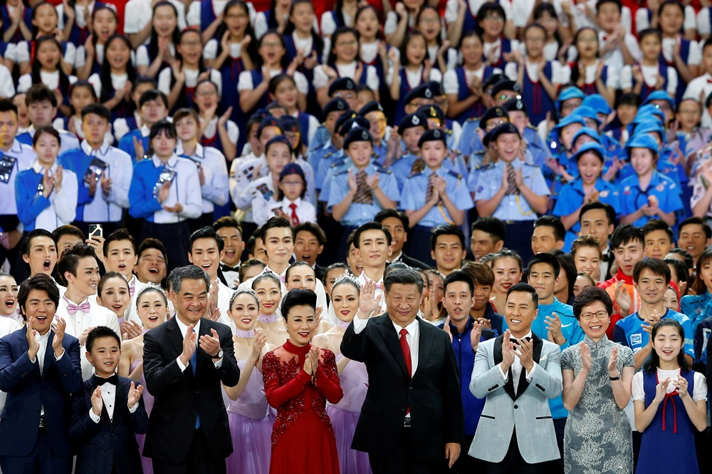Chinese President Xi Jinping (C) waves after a variety show, as part of the celebration for the 20th anniversary of the city's handover from British to Chinese rule, in Hong Kong, China June 30, 2017. REUTERS/Tyrone Siu - RTS199SL
