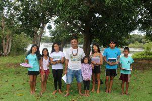 Juarez Paimy, professor de língua indígena Rikbaktsa com alunos da Aldeia Curva, MT. (Crédito Luna Gámez)