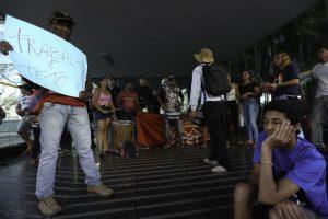 Manifestantes contra ajuste fiscal (Fabio Rodrigues Pozzebom/Agência Brasil)