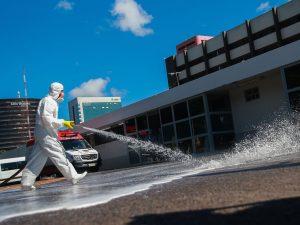 Forças Armadas promovem ação de desinfecção no Hospital Regional da Asa Norte (HRAN), uma das medidas adotadas para prevenir a contaminação pelo novo coronavírus (Marcello Casal Jr/Agência Brasil)