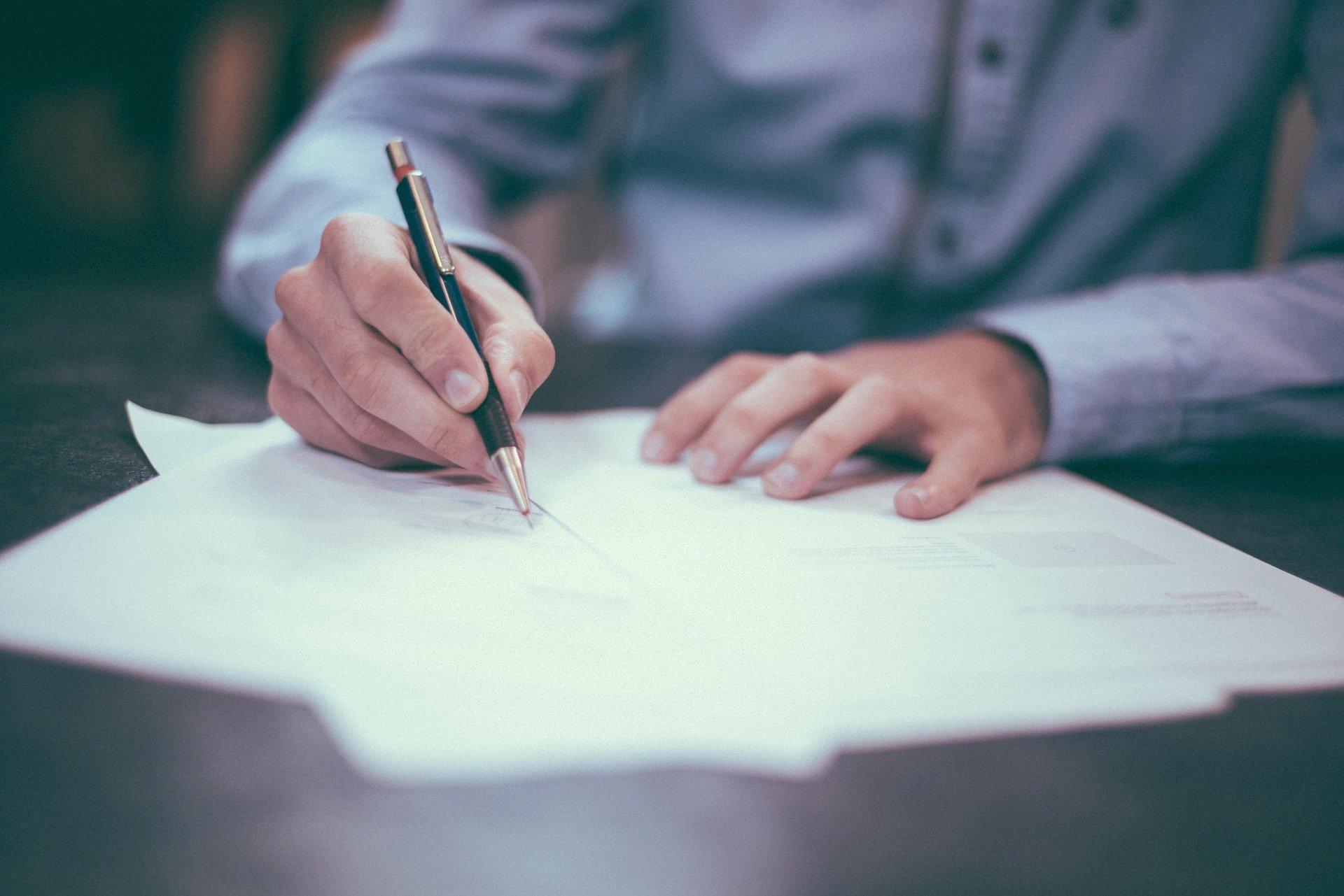 Contratos podems er revistos (Pixabay)