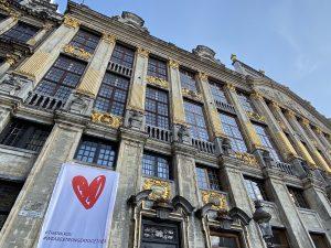 """Cartaz contra o Covid-19 na Grand Place de Bruxelas: """"Juntos somos mais fortes"""" Foto: Viviane Vaz"""
