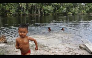 Crianças da Comunidade Novo Lugar brincam no Rio Maró (Fábio Alkmin)
