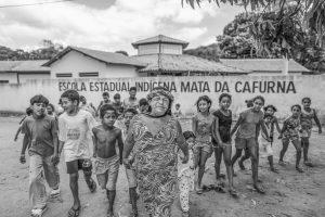 Crianças da comunidade indígena Xukuru Kariri na frente da escola (Ricardo Stuckert)