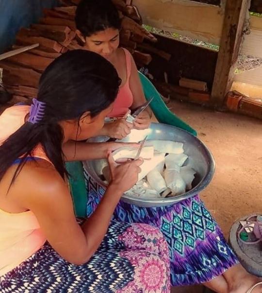 Preparo do alimento feito de forma coletiva (Leru Xucuru Kariri)