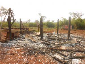 Mais de 80 casas foram derrubadas e queimadas em 2016 após ataque dos jagunços contra as famílias (CPT/MT)