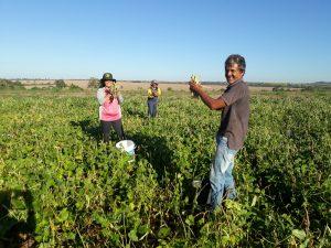 Trabalhadoras e trabalhadores rurais do PDS Nova Conquista II mostrando que é possível uma nova vida (CPT/MT)