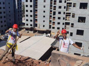Voluntários na construção de moradias em São Paulo