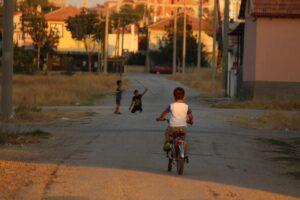 Crianças brincam na rua