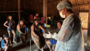 Agente de saúde indígena explica sobre os cuidados em relação à covid-19 na aldeia do Alto Xingu